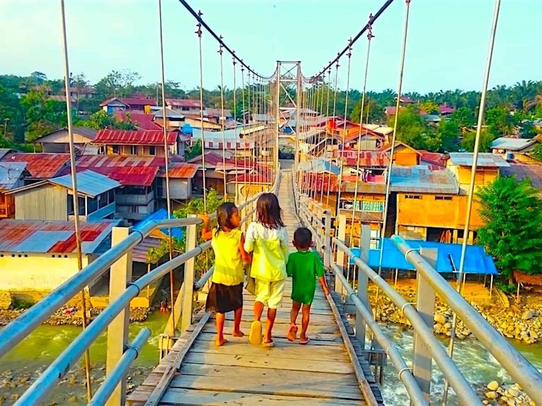 KIDS IN BUKIT LAWANG - TOURS BY SUMATRA ECOTRAVEL